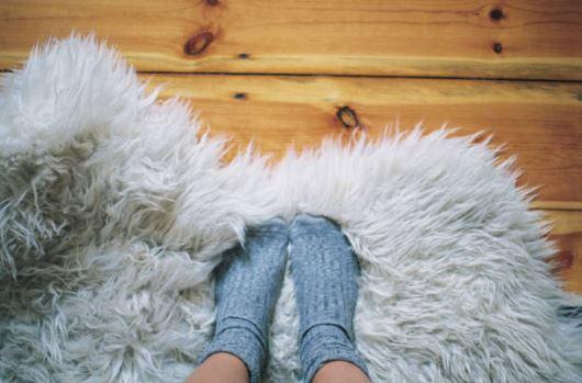 Des chaussettes chaudes et un tapis douillet pour un espace cocooning