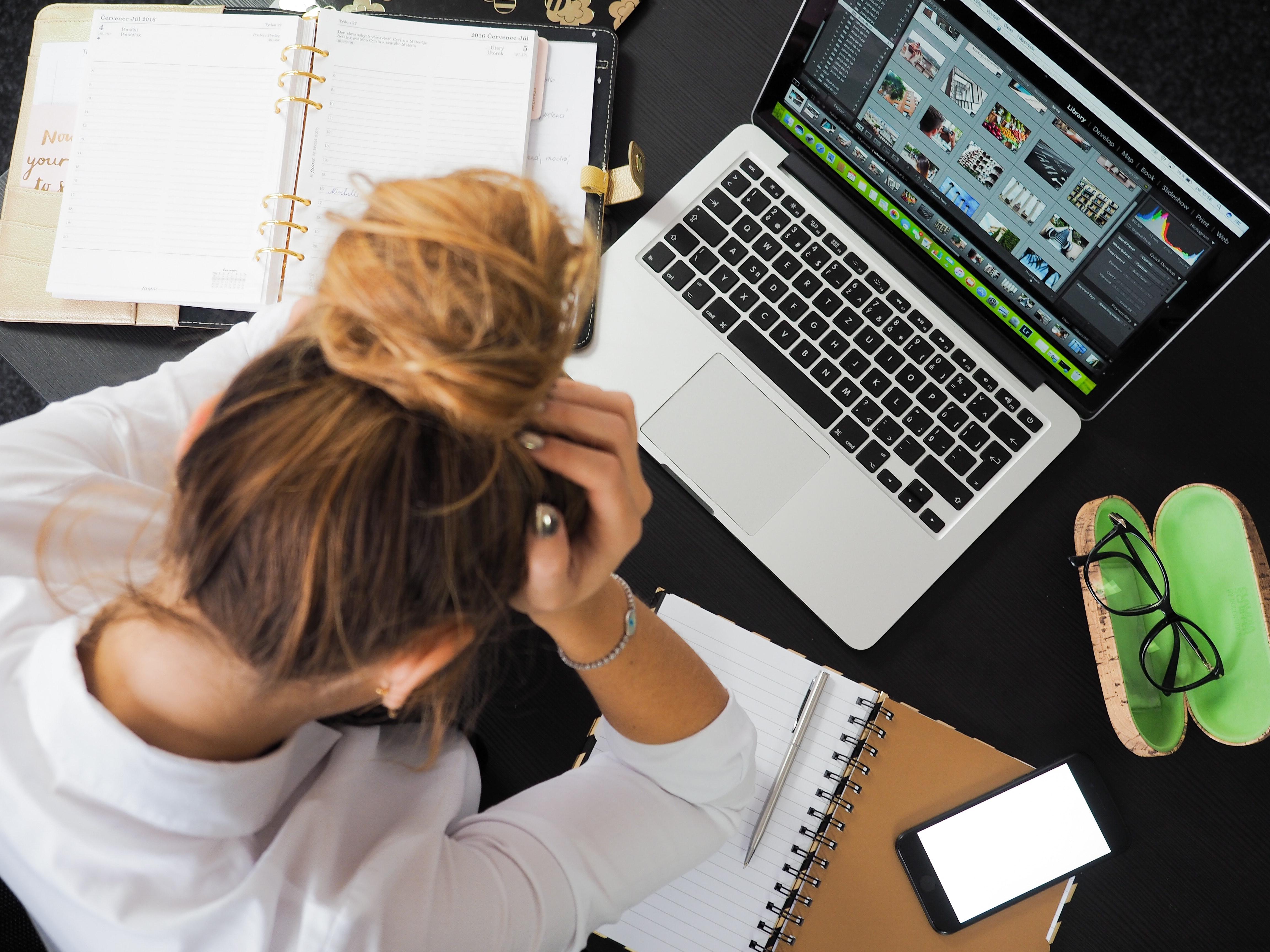 Une femme souffrant de stress au travail à son bureau