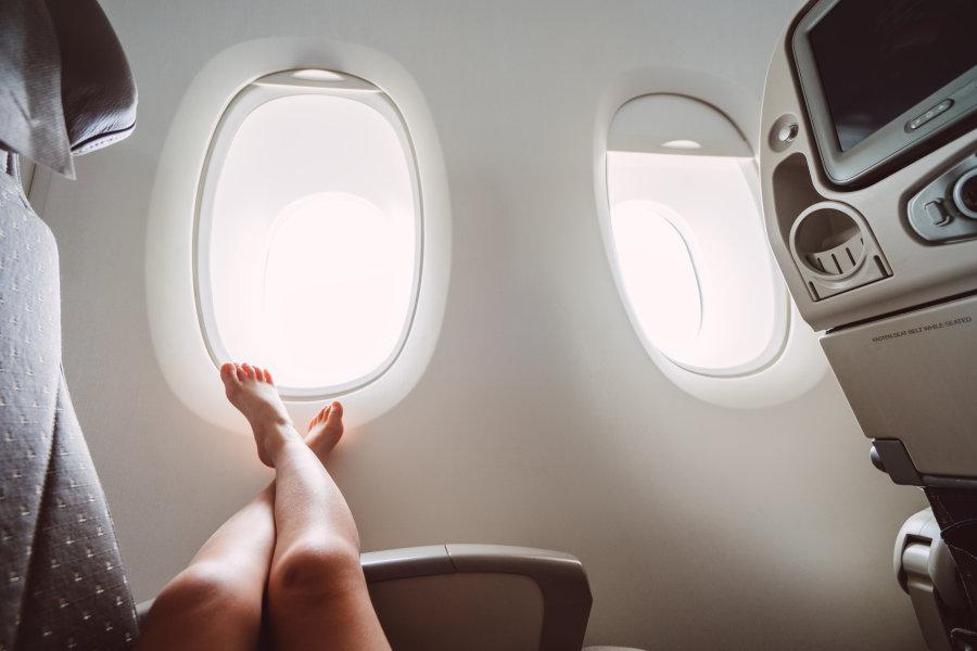Jeune fille qui fait une sieste dans l'avion pour éviter le décalage horaire