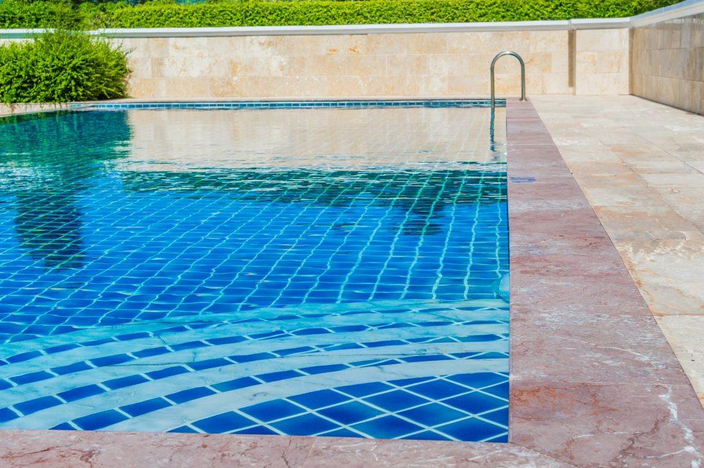 Une piscine de rêve avec sol en pierre