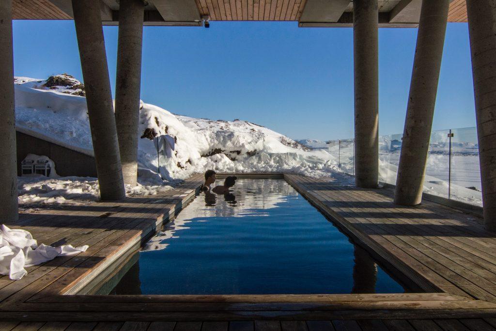 Deux personnes nageant dans une piscine chauffée à la montagne