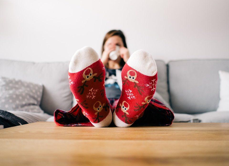Jeune femme qui se prélasse dans sa maison chauffée au gaz naturel