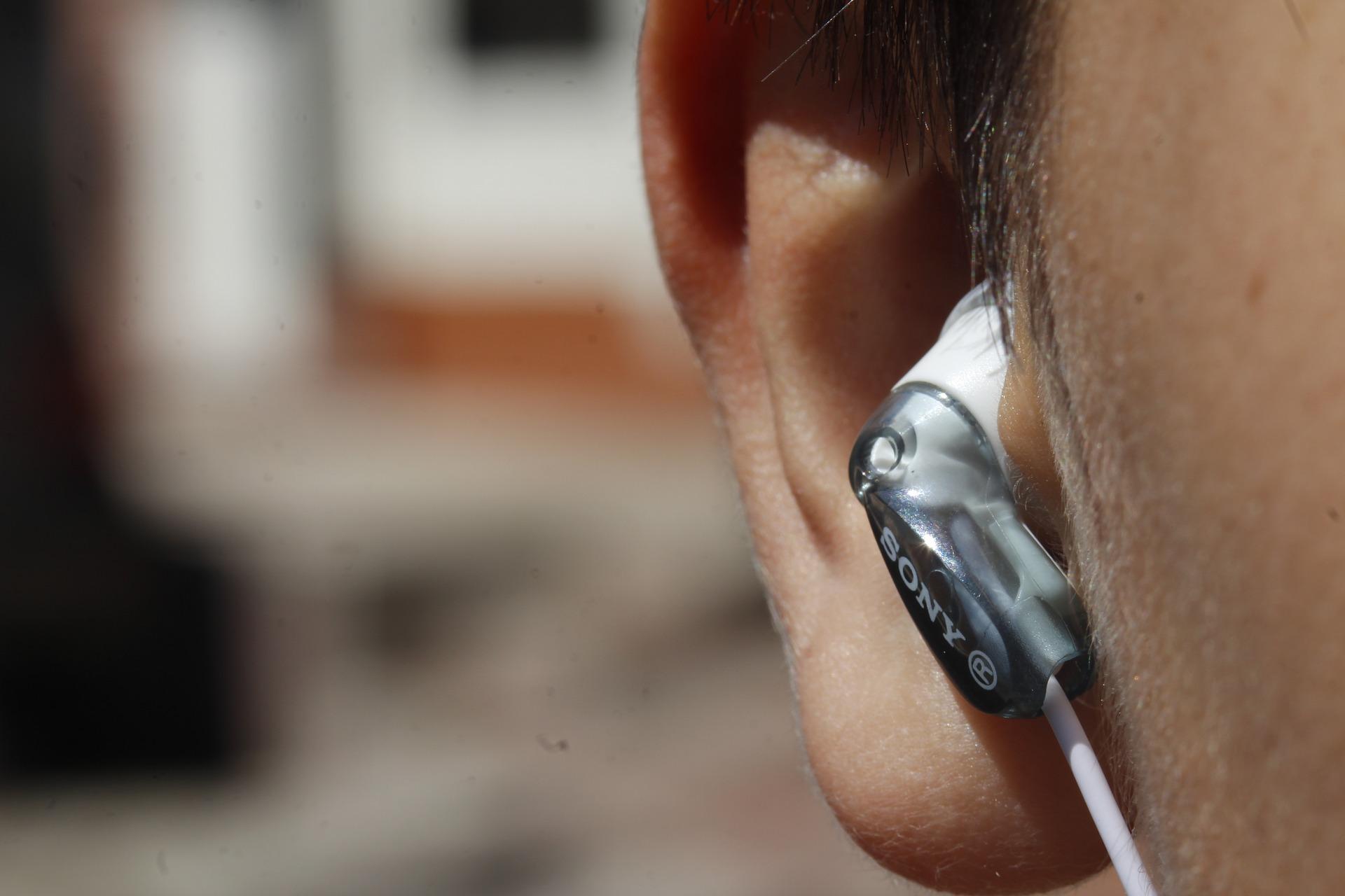 Oreille d'un homme qui porte un écouteur
