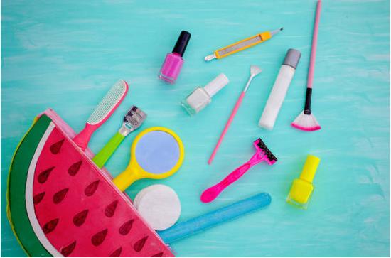 gel de douche, parfum, etc. : que mettre dans sa trousse de toilette de vacances ?