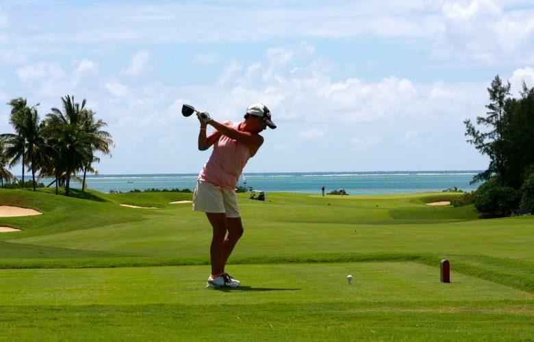 femme pratiquant le golf
