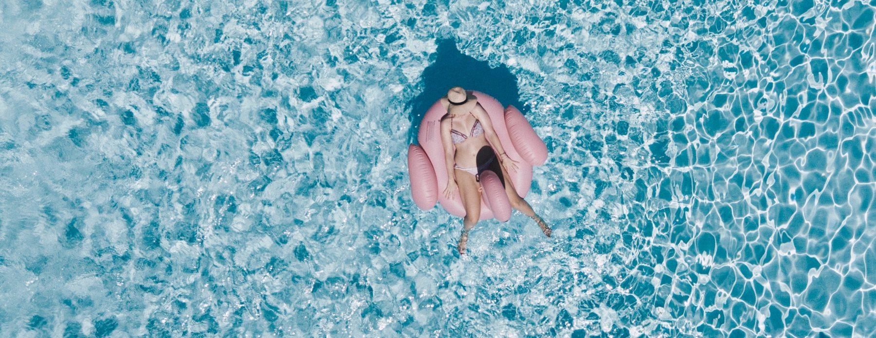 Femme installée dans une bouée vue du dessus