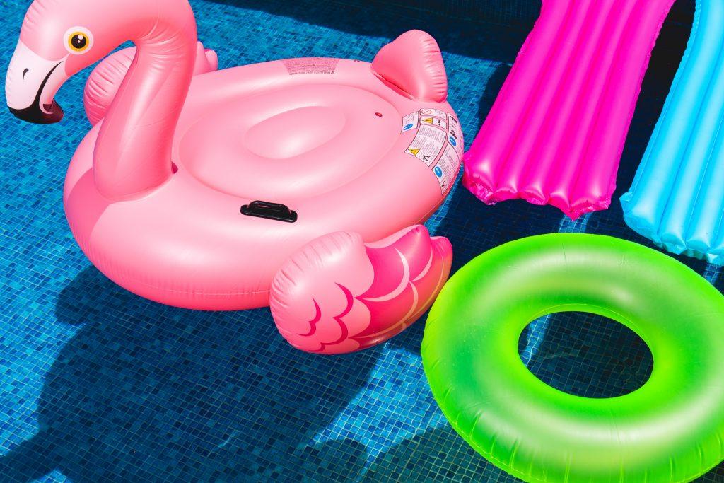 Une piscine remplie de bouées colorées