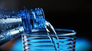 Bouteille d'eau au dessus d'un verre