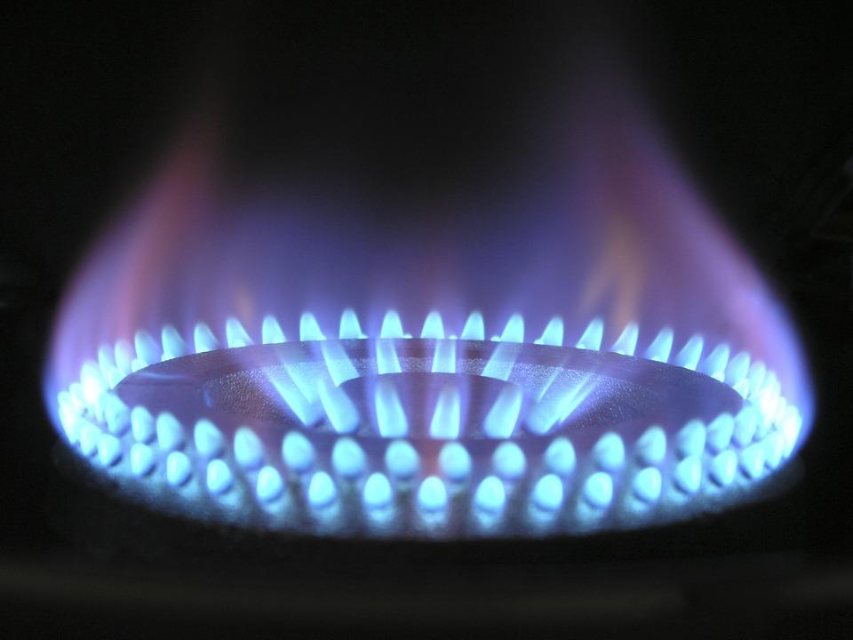 Flamme de gaz naturel sur une gazinière