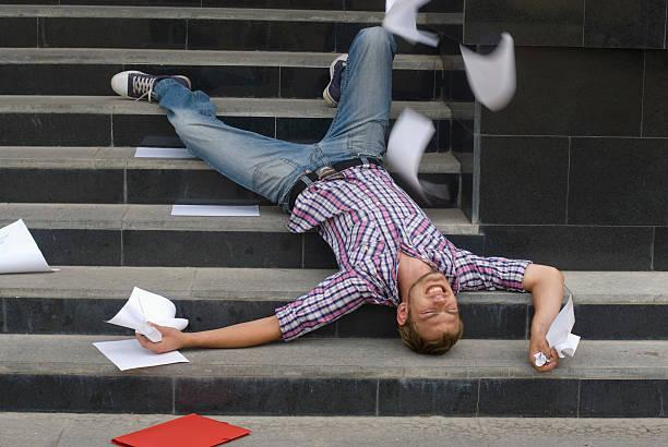 Jeune homme qui a fait une chute dans les escaliers