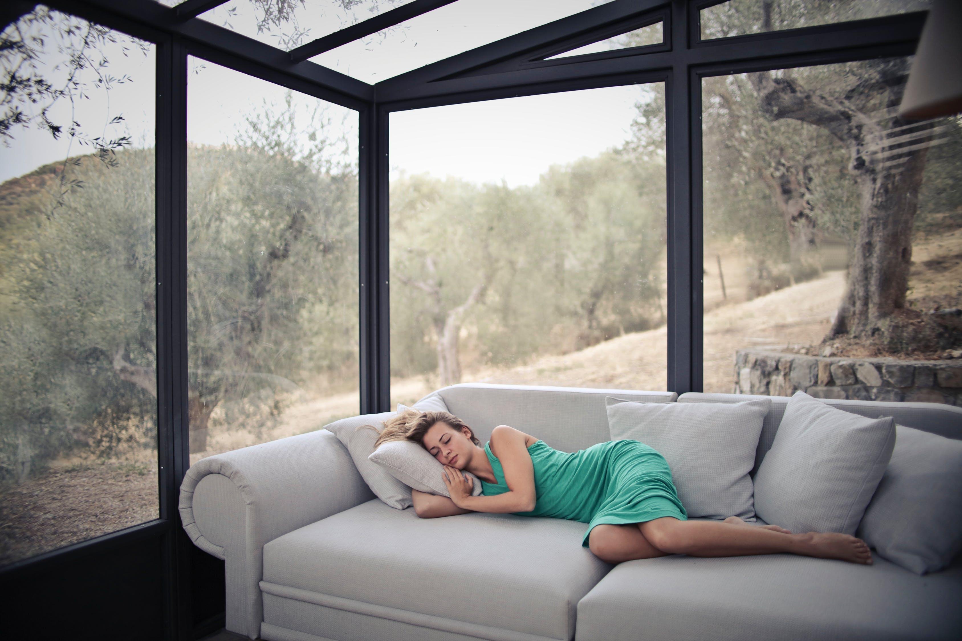 Jeune femme qui fait la sieste sur son canapé