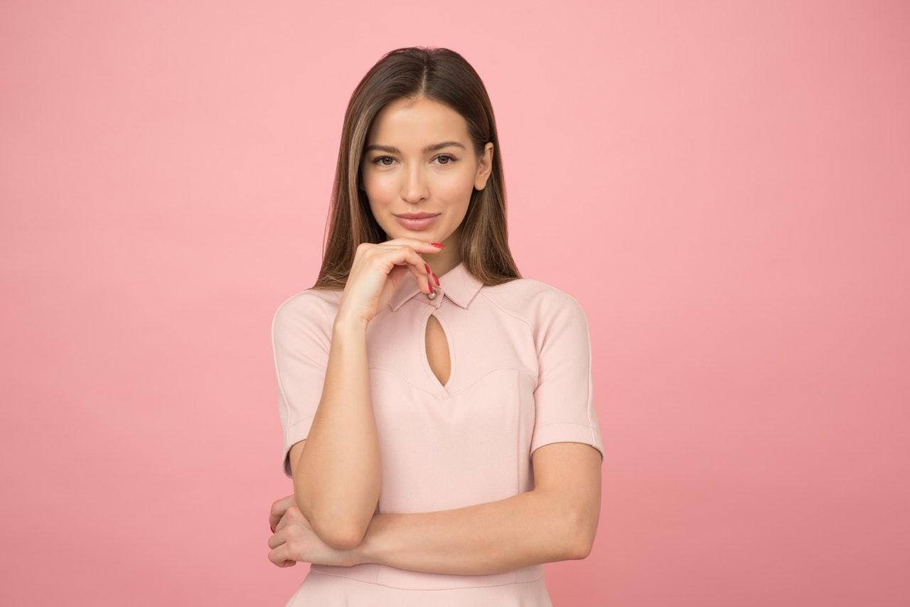Jeune femme sur fond rose